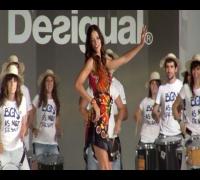 Adriana Lima, espectacular en el desfile de DESIGUAL