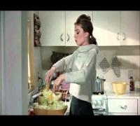 Audrey Hepburn speaking Portuguese / Audrey Hepburn falando português.