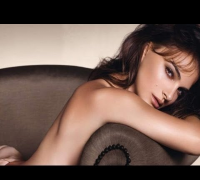 Hollywood Hot -- Natalie Portman Goes Nude For An Ad