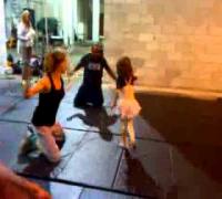 La hija de Milla Jovovich jugando con los actores
