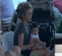 Shakira curte piscina com o filho Milan em hotel do Rio
